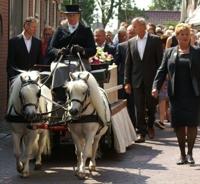 Een bijzondere uitvaart: 2 pony met de kist op een kar