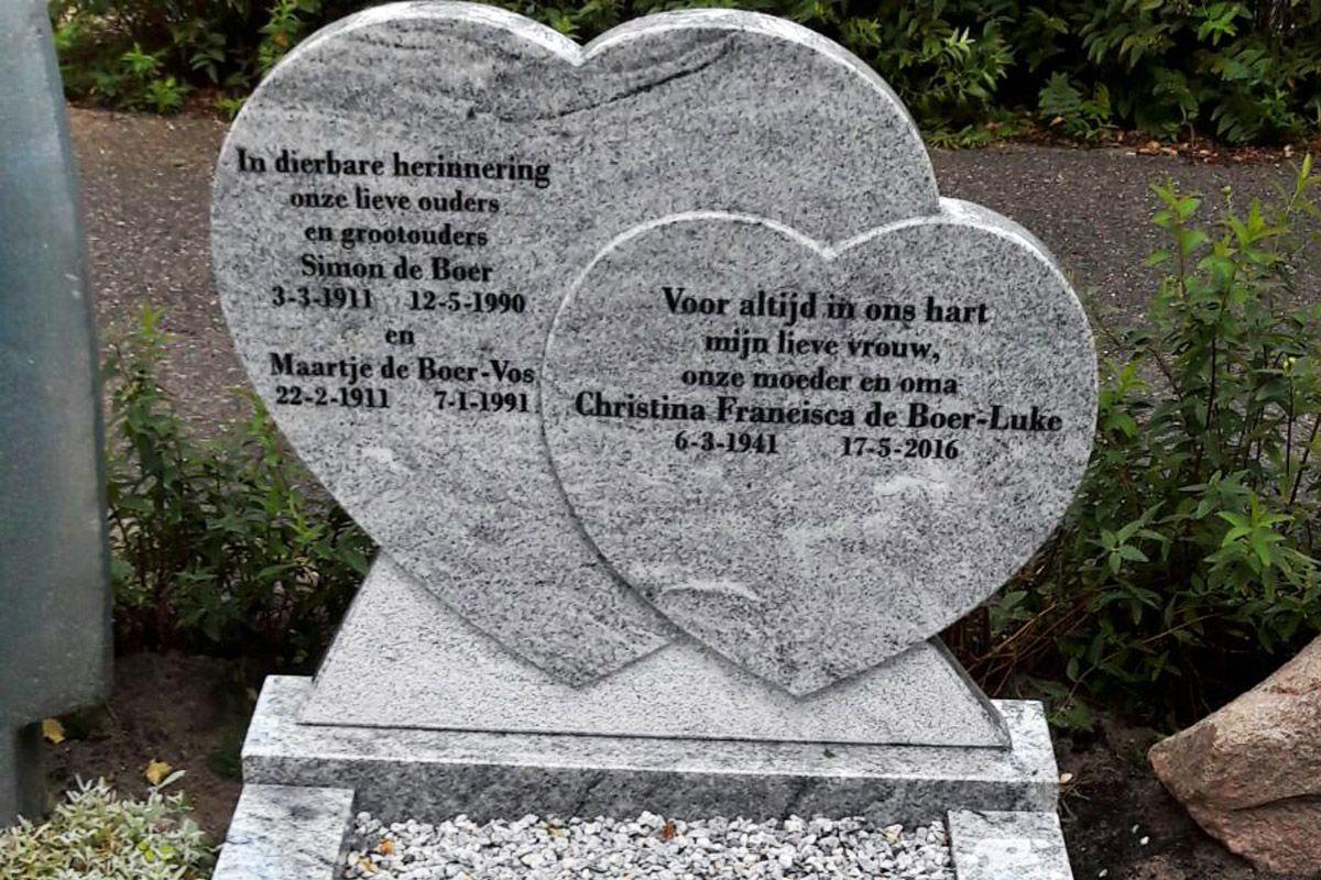 een grafsteen: 2 harten